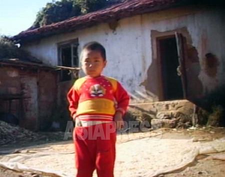 (参考写真)黄海北道のある農村。冬には窓枠にビニールを貼ってすきま風を防ぐ。2007年10月 李準(リ・ジュン)撮影