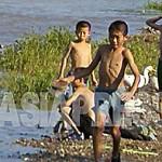 강에서 놀고 있는 평양시 강동군의 어린이들. 허약한 모습이 눈에 띈다. 2008년9월 촬영 장정길(아시아프레스)