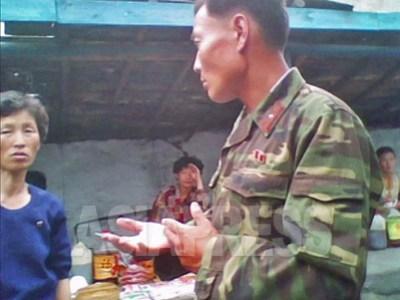 시장을 서성거리는 군인. 군인들이 쉬는 날에 시장에서 문제를 일으키는 일이 많다고 한다. 2010년6월 평안남도. 촬영 김동철 (아시아프레스)