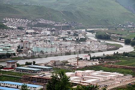 국경의 강・압록강을 끼고 중국과 마주한 량강도 혜산시(왼쪽). 강폭은 30미터정도로서, 중국에서부터 물건과 함께 정보가 유입될 거점이 되여있다.2007년7월 촬영 이진수 (아시아프레스)