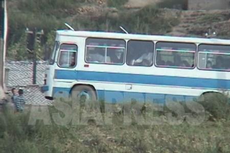 혜산시내를 달리는 로선버스.2002년8월중국에서 촬영 이시마루 지로 (아시아프레스)