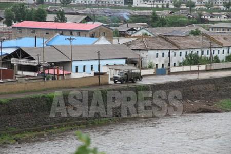 중국쪽에서 바라보이는 양강도 혜산시의 모습2010년年7월 이진수 촬영 (C)아시아 프레스