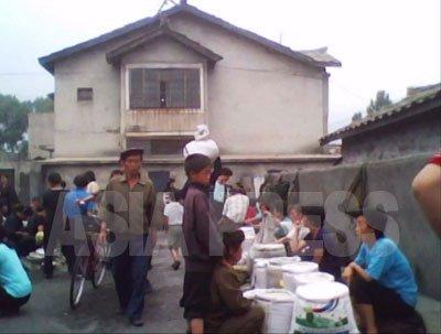 시장의 식량매장. 쌀, 옥수수, 밀가루가 놓여 있다.(2010년6월 평안남도 김동철촬영)