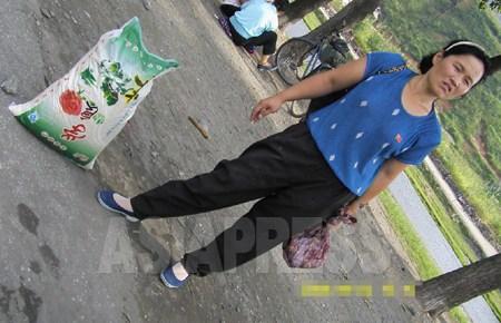 구입한 중국산 쌀을 나르는 여성. (2008년 평양시 강동군 / 장정길 촬영)