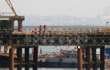 3월 17일 중국측 부교 건설현장. 2012년 3월 남정학 기자 촬영