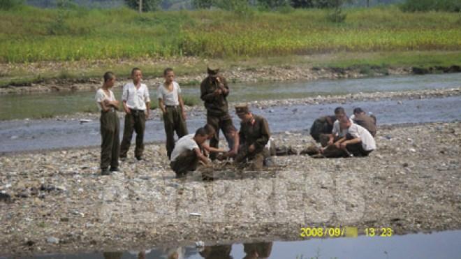 뼈가 앙상한 10대로 보이는 병사들. 군대의 식량부족은 근 20년간 만성화되었다. (2008년9월 평양시 강동군 장정길 촬영)