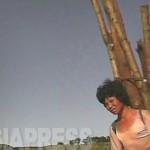 땔감으로 쓸 나무를 짊어진 여성. 통나무는 어른 키 이상의 길이다. 땔감을 팔면 장사도 된다. 산에서 내려 온 곳. 2008년 9월 황해남도 해주시 교외. 촬영 : 심의천