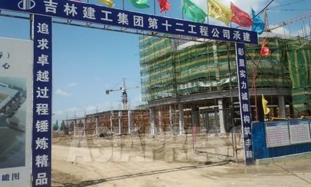 중국 길림성 훈춘시에 건설중인 '훈춘국제변경무역물류센터'. 총 공사비는 30억 위안(한화 약5300억원). 훈춘의 '훈춘국제개발모범구' 건설의 일환이다. 7월 6일 훈춘시에서 박영민 촬영 (아시아프레스)