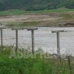 조중국경의 중국측에 세워진 철조망. 국경 사이를 흐르는 것은 두만강이다. 최근 1~2년, 인적이 드문 지역에도 차례로 철조망이 증설되고 있다. 2012년 7월 4일, 박영민 촬영(아시아프레스)