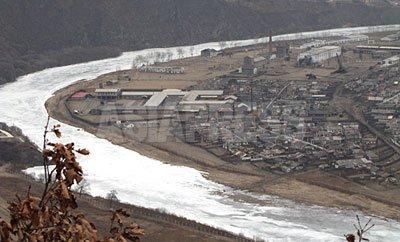 우측이 함경북도 무산군. 사이를 흐르는것은 두만강이다. 조중국경에서 수 킬로미터까지의 북한 국내까지 중국 휴대전화의 사용이 가능하다. 2012년 3월 남정학 촬영 (아시아프레스)