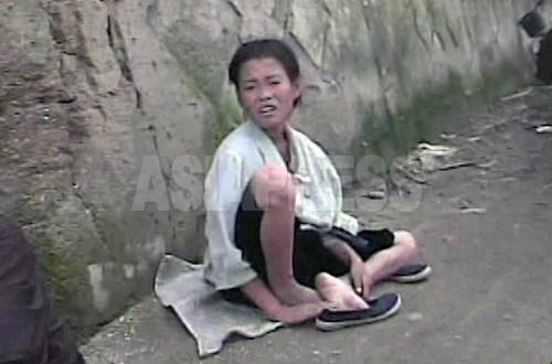 """(참고사진) """"16살입니다"""" 촬영자의 질문에 이렇게 대답한 여중생. 옷차림을 보면 꼬제비는 아닌 것 같으나 많이 야윈 모습이다. 2008년 8월 해주시. 심의천 촬영"""