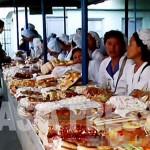 시장에서 빵이나 과자를 파는 여성들, 한 사람당 폭 80센티의 매장을 차지하고 있다. 장사에 열심이고 붙임성도 좋다. (2011년 6월 평양시 모란시장 구광호 촬영)
