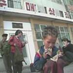 (참고사진)누가 준 음식을 먹는 남자 아이. 야위었다. 황해북도 사리원시. (2008년9월 심의천 촬영)