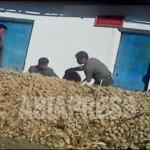 혜산의 한 장마당에서 감자를 쌓아놓고 있다. 2012년 11월 양강도 혜산시. 북한 내부 취재협력자 촬영(아시아프레스)