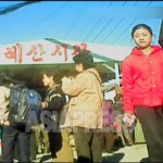 혜산시장 입구 앞에서 주민들이 오가고 있다. 2012년 11월 양강도 혜산시. 북한 내부 취재협력자 촬영(아시아프레스)
