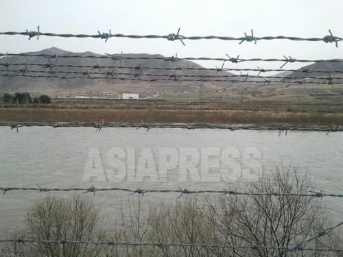 (참고 사진) 두만강 건너 편은 북한의 함경북도 온성군. 중국 당국은 두만강의 중국측 연안에 넓은 범위에 걸쳐 철조망을 설치해 북한으로부터의 탈북이나 밀수 행위를 견제하고 있다. 2012년 11월 박영민 촬영 (아시아프레스)