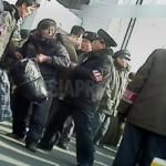 (참고사진)평안북도 신의주시 역전에서 큰 짐을 들고 역내에 들어가려고 하는 주민들을 '질서유지대원'들이 끌어내고 있다. 최근 '불순녹화물' 적발을 위한 짐 검사가 엄격해지고 있다고 한다. 2012년 11월 북한 내부협력자 촬영 (아시아프레스)
