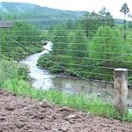 (참고사진) 북중 국경지역의 두만강 변의 중국 측에 설치된 철조망. 마약 등의 밀수나 탈북을 막기 위해서다. 이전에는 강폭이 좁은 상류에만 설치돼 있었지만 지금은 거의 전역에 걸쳐 설치됐다. 2009년 6월 중국 지린성에서 촬영(아시아프레스)