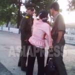(참고사진)북한에서 보안원(경찰)과 주민 사이의 다툼은 일상 다반사가 됐다. 사진은 보안원의 단속에 강하게 항의하는 여성. 결국 이 보안원은 물러섰다. 2010년 6월 평안 북도 촬영: 김동철 (아시아프레스)
