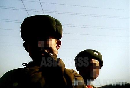 """(참고사진)""""봄에는 부대의 절반이 영양실조가 된다""""고 고백하는 병사. 두 병사는 군관학교 학생 (2011년 3월 평안북도. 촬영 김동철)"""