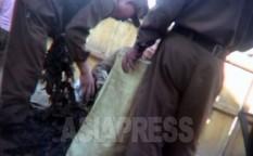 시장 모퉁이에서 장사꾼에게 팔기 위한 미역을 자루에 넣고 있는 병사들