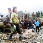 북부 지역의 한 도시에서 하천 정리 공사에 동원된 주민들. 촬영 아시아프레스