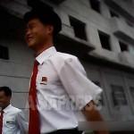 활기찬 모습으로 걷고 있는 두 남자 대학생