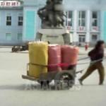 큰 자루가 가득 실린 손수레를 끌고 있는 여성. 2013년 10월 양강도 혜산시. 촬영 아시아프레스