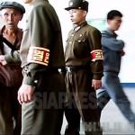 평양시 지하철역의 입장을 헌병들이 통제하고 있다