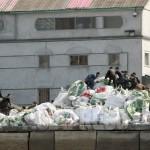 중국에서 수입된 비료와 식량 등의 물자를 싣는 북한 사람들
