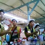 화장품을 팔고 있는 젊은 여성들