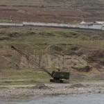 북한 측의 압록강변을 따라 철조망 설치를 위한 기둥이 세워져 있다