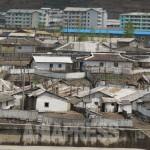 압록강을 사이에 두고 중국측에서 바라본 양강도 혜산시의 허름한 단층 주택가