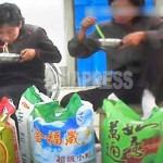 냉면으로 점심을 해결하는 여성 장사꾼들.