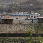 혜산시 중심지역의 강둑을 따라 철조망이 쳐져 있다.