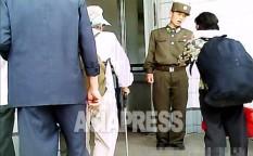 평양 대성구역에 위치한 락원역. 역 입구의 헌병들이 '행사' 때문이라며 허름한 옷차림이나 큰 짐을 들고 있는 사람들의 구내 입장을 막고 있다.