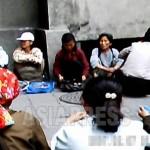 아파트 거리에 늘어 앉아 장사하는 여성들. 지역 관리들이 자주 단속을 한다.