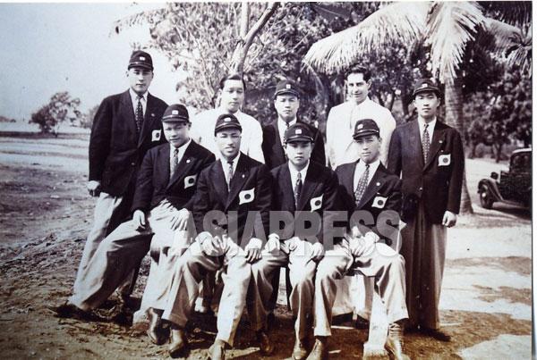 모자를 비스듬히 쓴 정복수(앞줄 왼쪽) 씨는 페더급으로, 아마추어와 프로에서 무패를 자랑했다.