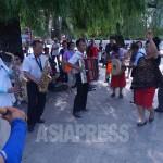 중국에서 8월 15일은 '노인절'이다. 조선족 노인들이 연길공원에서 마시고 노래부르고 춤을 추며 민족 해방의 날을 축하하고 있다.