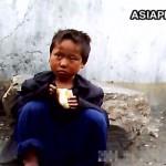 구걸한 빵을 먹고 있는 소년