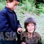 처지를 한탄하는 할머니의 말에 손자가 울먹이고 있다.