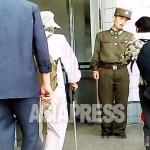 지하철 입구에서 주민을 단속하는 헌병