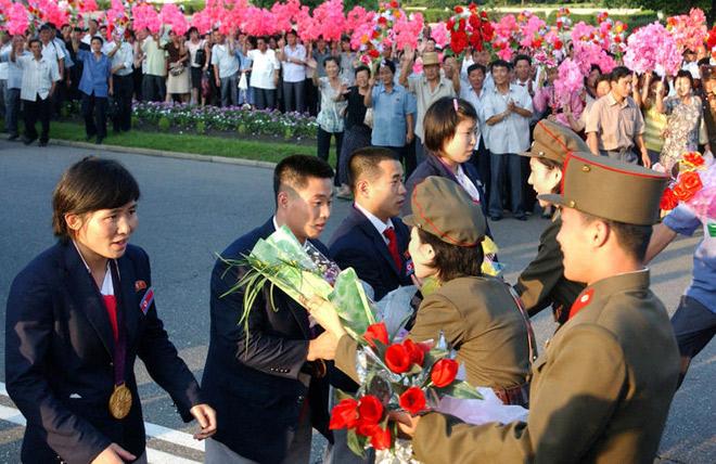 런던 올림픽에서 귀국한 선수들이 환영을 받고 있다. (2012년 8월 '우리민족끼리' HP에서)