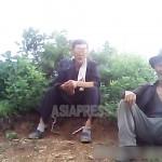 오른쪽이 '인가대'를 끌기 위해 산에 왔다는 80넘은 노인. 2013년 6월 한 지방 도시의 산에서 촬영 민들레(아시아프레스)