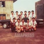 보기드문 지방 여자 축구팀의 기념 사진. 규모가 큰 기업 소속으로 보인다. 우승을 했는지 메달을 건 선수들이 자랑스런 표정을 짓고 있다. 함경북도 은덕군에서 1993년 7월에 촬영. 북한주민에게 제공 받았다.