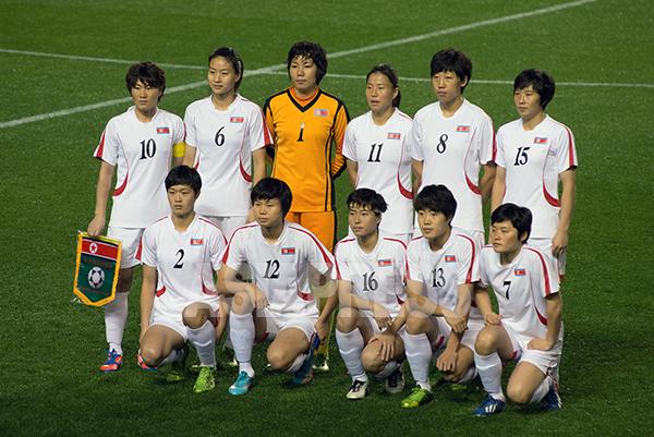 9일 일본 오사카 긴쵸스타디움에서 2016 브라질 리우올림픽 여자축구 아시아지역 최종예선전 북한과 일본과의 경기가 열렸다. 북한 선수들이 기념촬영을 하고 있다. 2016년 3월 9일 (아시아프레스, 이하 동일)
