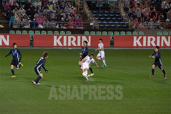 경기 내내 팽팽한 시소게임이 펼쳐졌다. 북한의 리예경 선수가 슛을 날리고 있다.