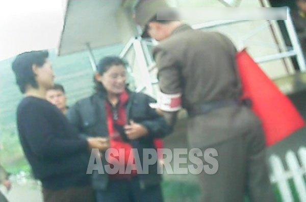 (참고사진) 통행증의 유무를 확인하는 10호 초소의 군인. 2013년 10월 북부지역에서 촬영 민들레(아시아프레스)