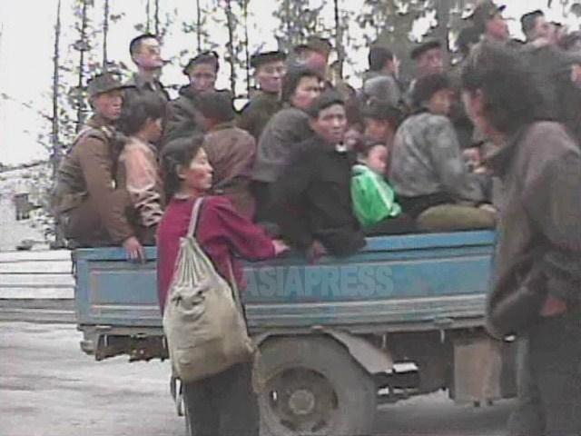 """이것이 """"서비차"""". 짐칸에 자리가 없어 보이지만, 여성이 타려 하고 있다. 2008년 10월 황해남도 해주시에서 촬영 심의천(아시아프레스)"""