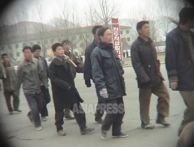 """대열을 지어 노동 현장에 향하는 """"노동단련대"""" 수용자들. 2005년 6월 함경북도 청진시에서 촬영 리 준(아시아프레스)"""